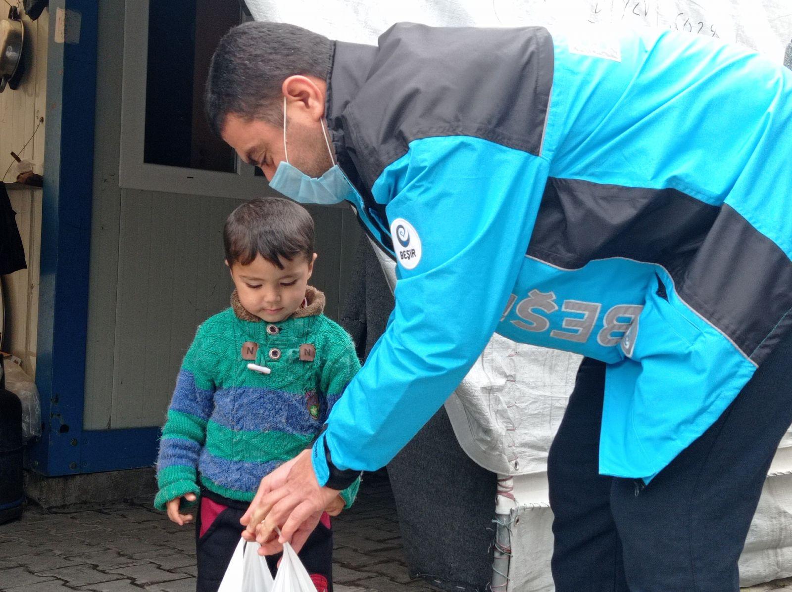 Azez'de Gıda Dağıtımı